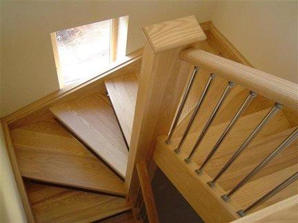 un escalier d'interieur demi-tournant en bois