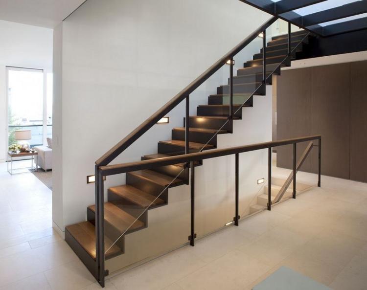 un large escalier en bois d'interieur