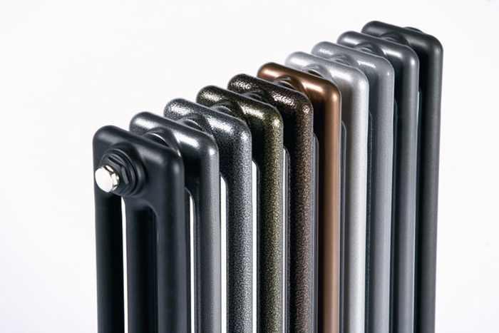 Un radiateur à eau chaude multicolore